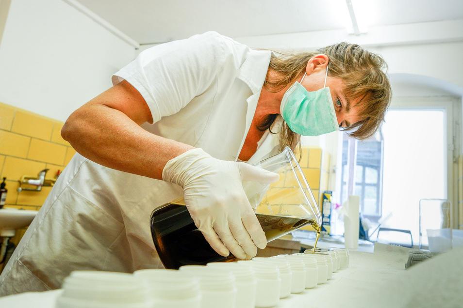 Hygiene beim Abfüllen einer Salbe ist oberstes Gebot. Nicht erst seit Corona-Zeit nutzt Saskia Riethmüller dafür einen Mund-Nasen-Schutz.