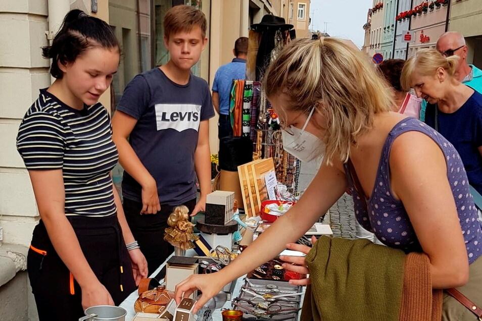 Isabel Höntsch und Maximilian Kenner verkauften zum Einkaufssonntag in Kamenz Trödelwaren von der Schmuckhandlung Barthel und nahmen 133 Euro ein. Das Geld geht als Spende an die Hochwasseropfer in Neukirch/Lausitz.