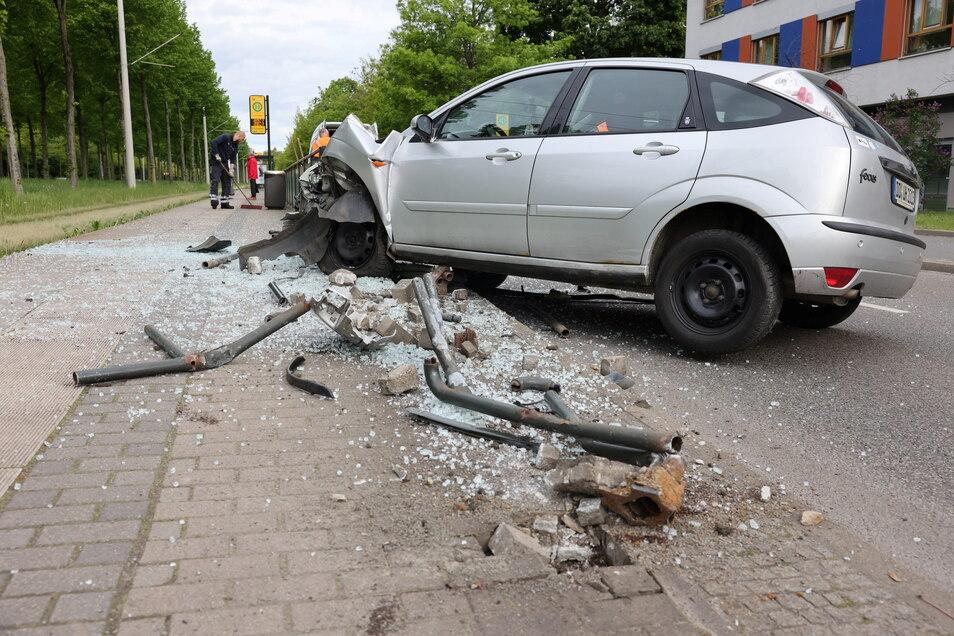 Am Freitagmorgen ist bei einem Unfall am Großen Garten eine Bahnhaltestelle beschädigt wurden.