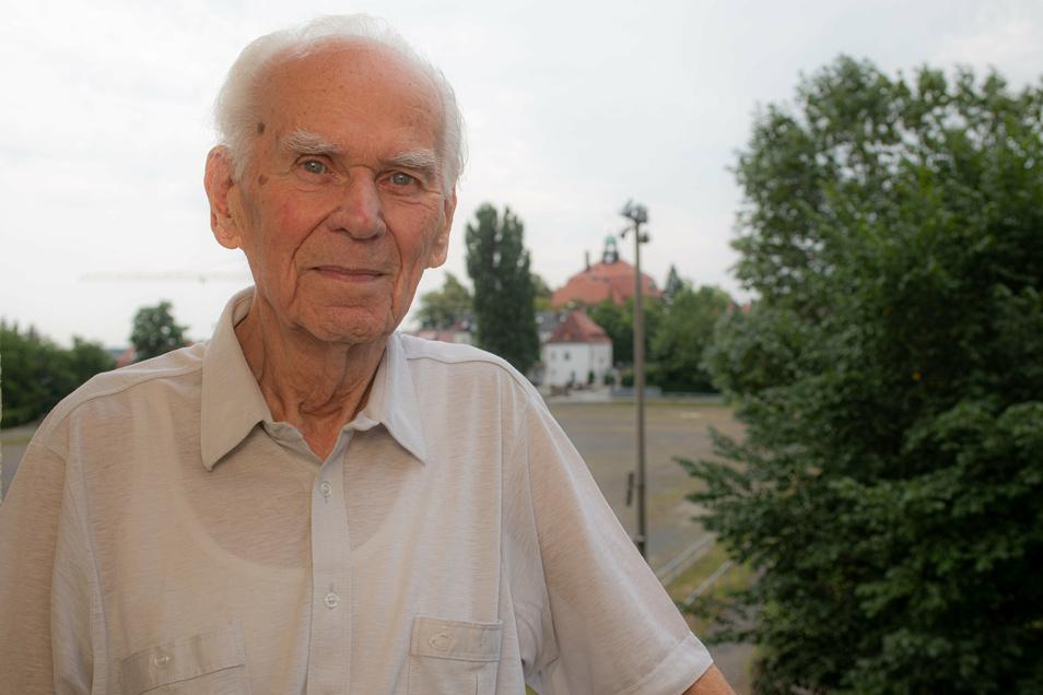 Große Freude bei Werner Geißler: Die Schüler des ersten Jahrgangs, den er als Lehrer in Kamenz zum Abitur führte, luden den 100-Jährigen jetzt zur Klassenfahrt ein.