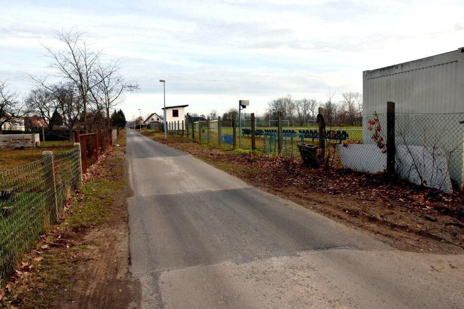 Für einen grundhaften Ausbau der Straße am Sportplatz in Groß Särchen reichte das Geld nicht, wohl aber für eine Erneuerung der schlimmsten Abschnitte.