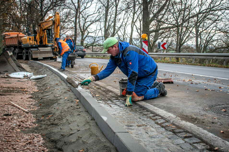 Mitarbeiter der Firma Andrä Straßenbau aus Leisnig bauen derzeit ein 150 Meter langes Teilstück des Gehwegs in Zschepplitz.