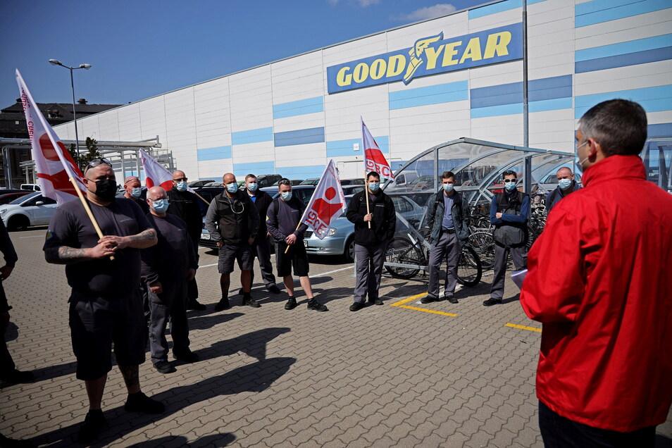 Am Mittwoch noch hatten Mitarbeiter des Riesaer Reifenwerks eine Mahnwache für den Tarifabschluss gehalten. Nun erhalten sie einen Corona-Bonus und auch eine Gehaltssteigerung.