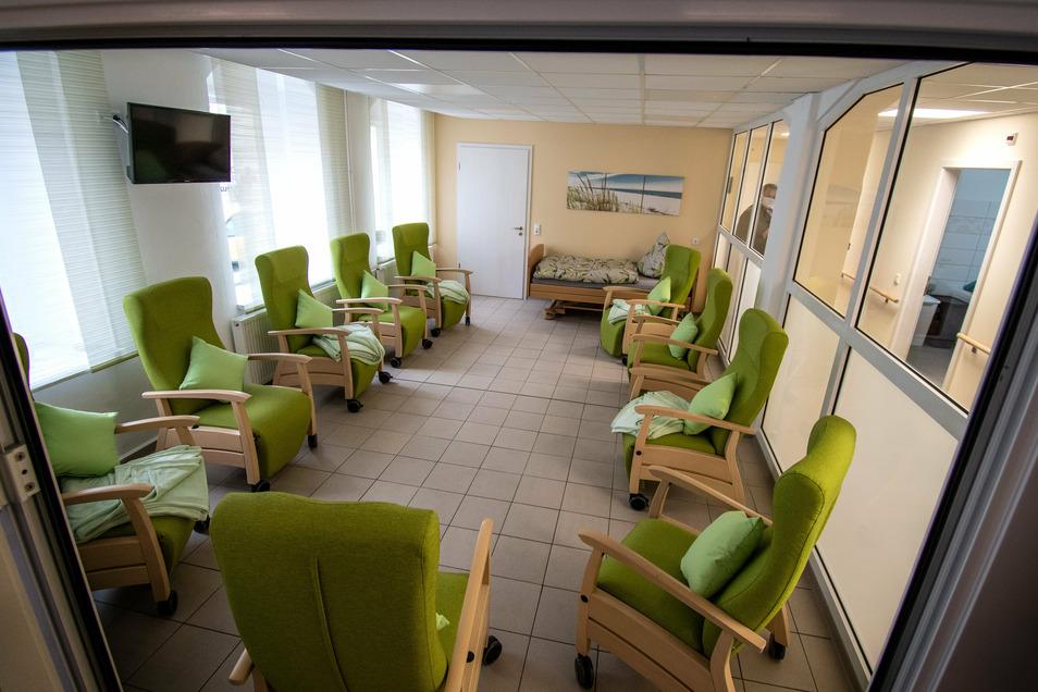 Jedem der 13 Gäste der Einrichtung steht im Ruheraum ein verstellbarer Pflegesessel zur Verfügung.