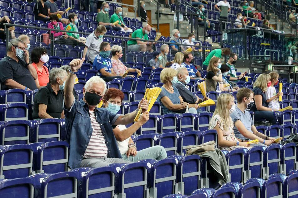 Mit Abstand und Mund-Nasen-Schutz: Beim Testspiel der Handballer von DHfK Leipzig und Aue durften am Freitag 250 Zuschauer in der Halle sein.