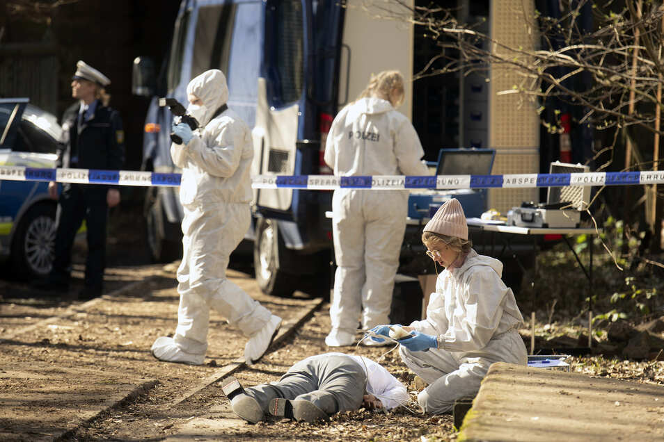 Am Tatort untersucht Rechtsmedizinerin Dr. Henny Wenzel (mit Mütze: Anna Böttcher) die Leiche.