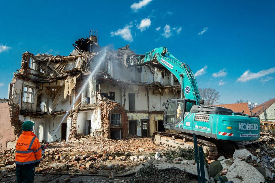 Schweres Gerät war notwendig, um das 100 Jahre alte Gebäude in nur wenigen Tagen abzureißen und somit Platz für einen Neubau zu schaffen. Für den gilt es nun, einen Investor zu finden.