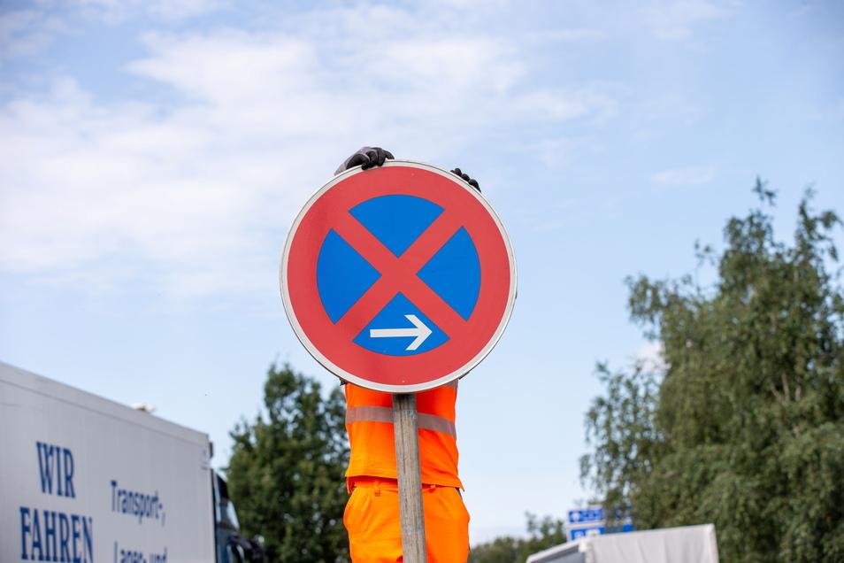 Straßenwärter hält Halteverbot: Gleich ist das neue Schild am Dresdner Tor montiert. Das alte war durch Vandalismus unbrauchbar geworden.