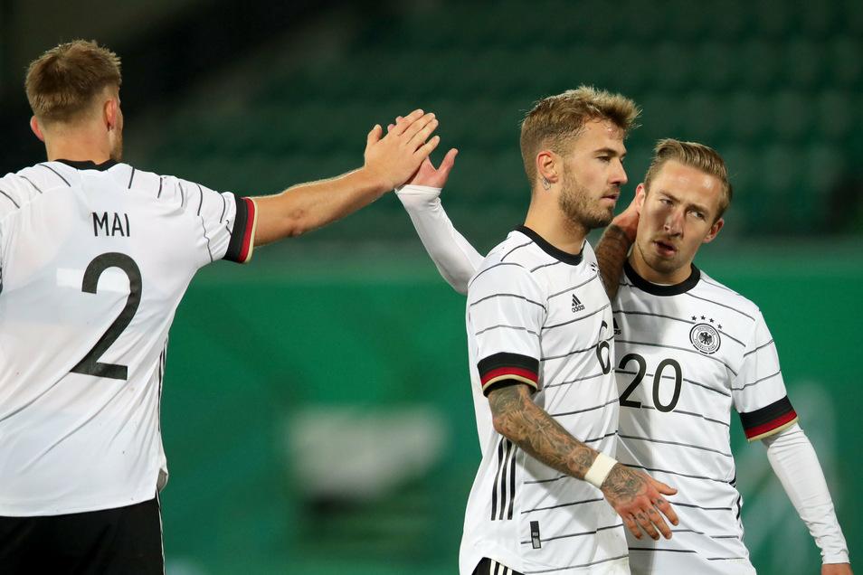 Die Spieler Lars Lukas Mai (l-r), Niklas Dorsch und Felix Passlack bejubeln ihren Sieg.