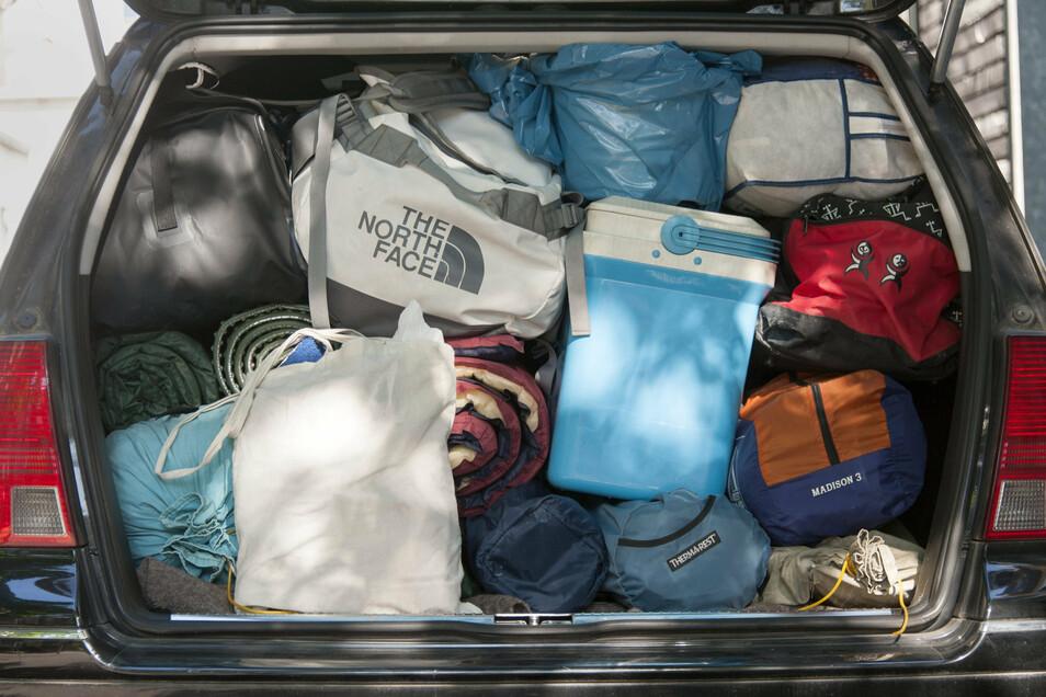 Der Kofferraum eines Autos bis oben hin vollgepackt.