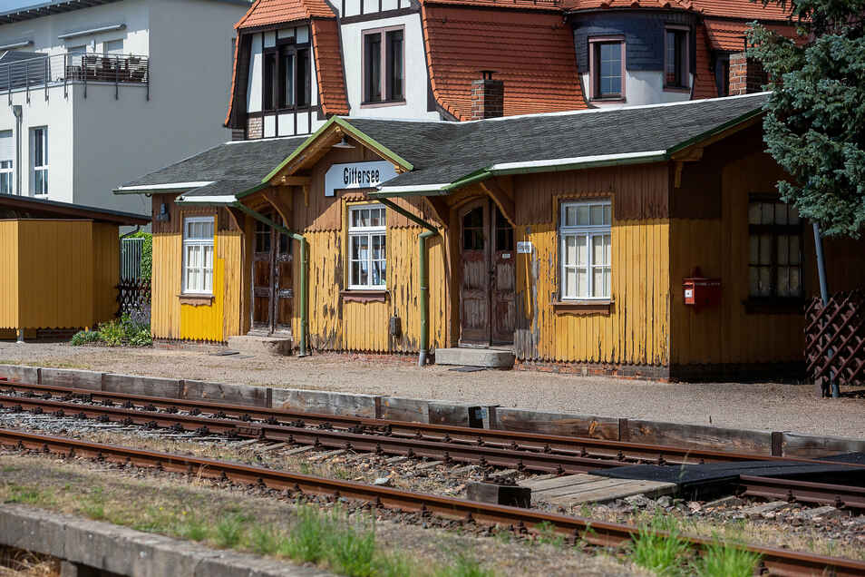 Mit dem zunehmenden Personenverkehr Anfang des 20. Jahrhunderts wurden kleine Bahnhofsgebäude entlang der Strecke errichtet - wie hier in Dresden-Gittersee.