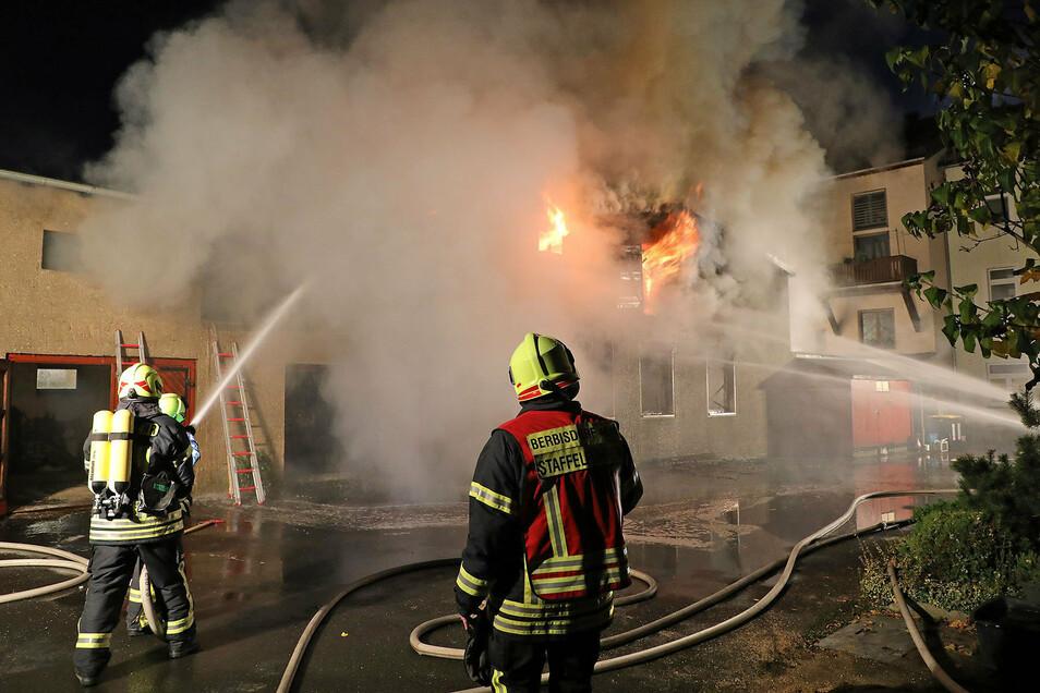 Bewohner aus den anliegenen Häusern mussten evakuiert werden.