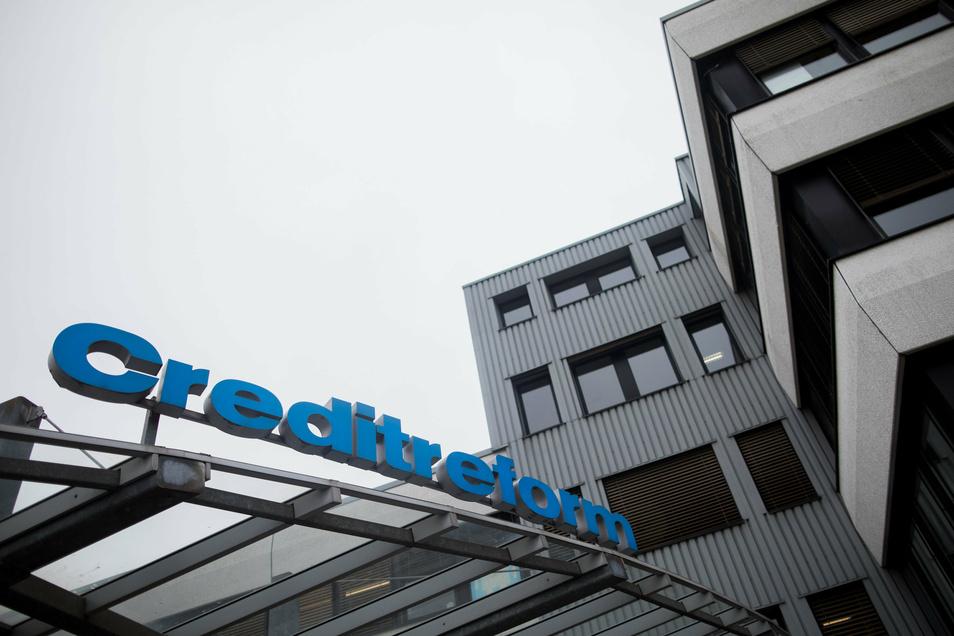 """Der Namenszug von Creditreform steht über dem Eingang zur Zentrale des Unternehmens in Neuss. Das Unternehmen hat den neuen """"Schuldneratlas Deutschland""""veröffentlicht. Foto: dpa"""