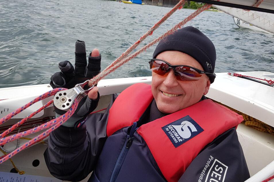 Maik Aberle ist heute erfolgreich beim Inklusions-Segeln im 1. Wassersportverein Lausitzer Seenland am Geierswalder See.