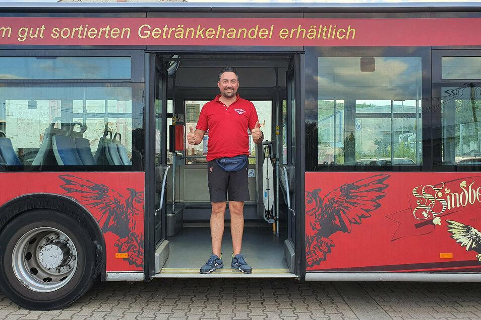 """Alexander Frenzel macht für sein """"Windberg-Pilsner"""" jetzt auf einem Bus Reklame."""