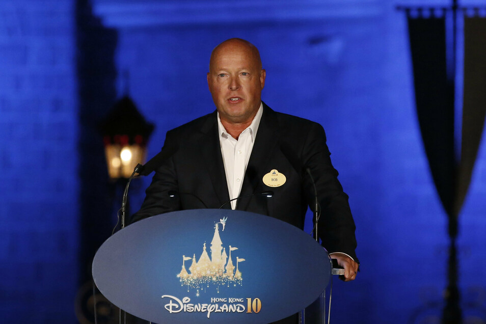 Bob Chapek ist ab sofort der mächtigste Mann bei Disney.Chapek ist seit 27 Jahren für den Hollywood-Giganten tätig, in den vergangenen fünf Jahren war er für das florierende Geschäft mit Themenparks und Resorts verantwortlich.