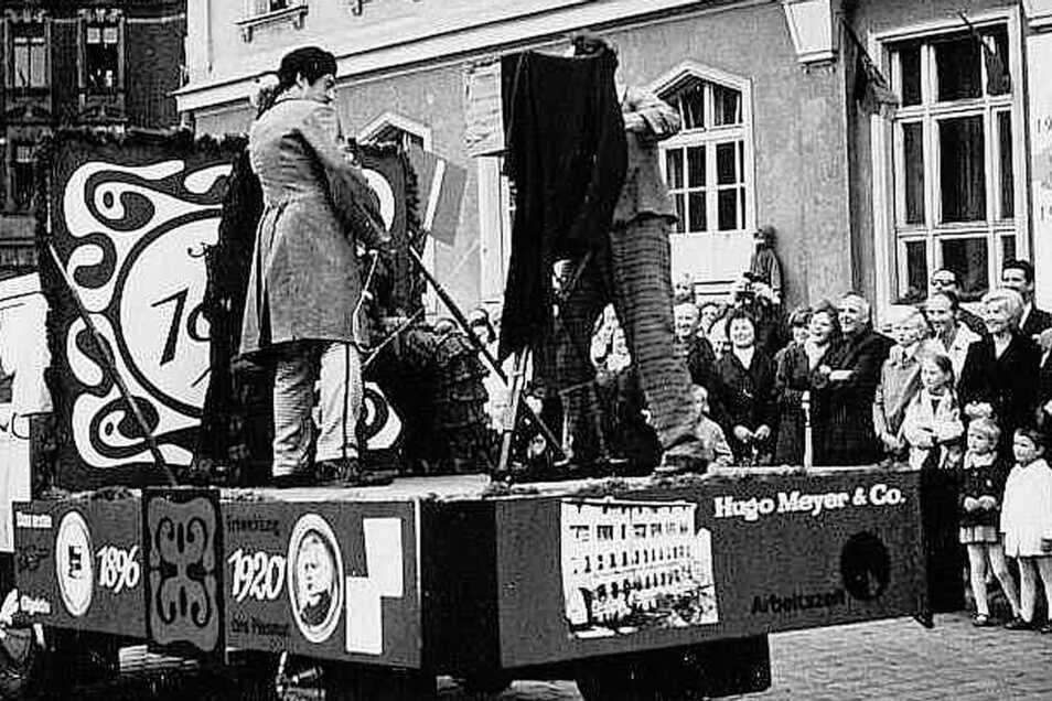 Vor 50 Jahren war Meyer-Optik gleich mit mehreren Schaubild-Wagen beim großen Festumzug zur Görlitzer 900-Jahr-Feier dabei.