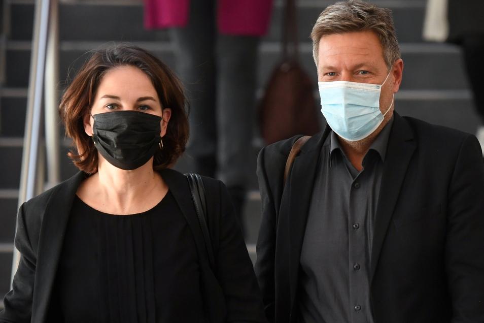 Annalena Baerbock und Robert Habeck (Grüne) verlassen den Tagungsort für die Sondierungsgespräche.
