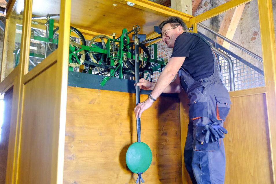 Er hat das Werk der Turmuhr restauriert - Mechaniker Jörg Hippe aus Dresden Nickern, einer der wenigen Spezialisten in Sachsen für solche Aufgaben.