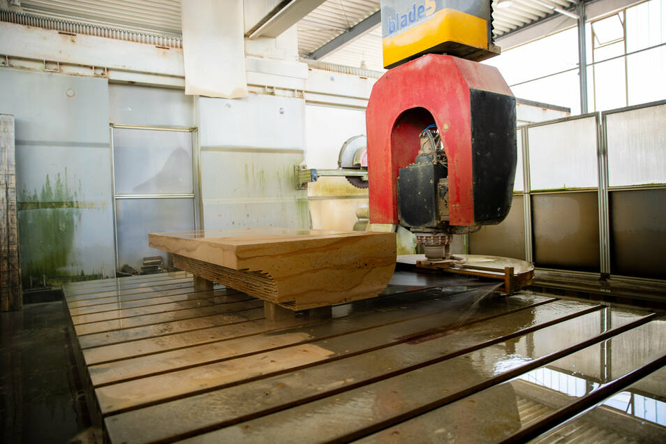 Mit der vollautomatischen CNC-Maschine werden die genauen Konturen des Steins hergestellt.
