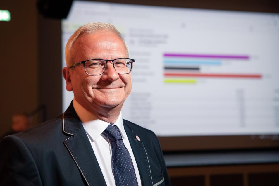 SPD-Kandidat Torsten Ruban-Zeh gewinnt den ersten Wahlgang mit 31,8 % der Stimmen, dicht gefolgt von der parteilosen Kandidatin Dorit Baumeister (27,8 %). Die Aufnahme wie auch das Interview entstanden am Wahlabend.