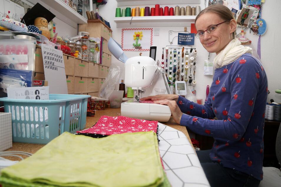 Die Nähstube ist Bianca Kremplers Reich, in dem sie sich wohl fühlt und für die Familie Sachen näht. Zurzeit häufen sich dort aber die ausgeschnittenen Tücher, die sie zu Masken verarbeitet.