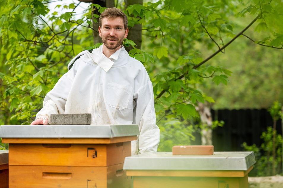 Der Görlitzer Imker Martin Wünsche bei seinen Bienenkästen am Stadtrand der Neißestadt.