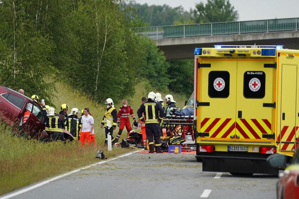 Nach dem Zusammenstoß von zwei Autos nahe Nebelschütz am Sonntagnachmittag waren viele Rettungskräfte im Einsatz.