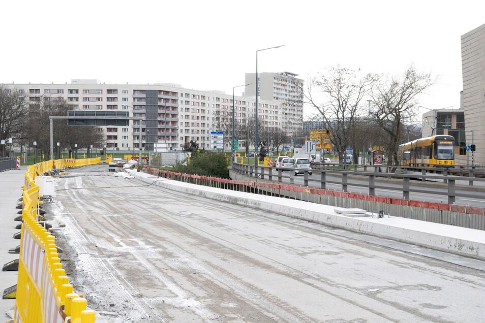 Die Arbeiten auf der Carolabrücke sind weit fortgeschritten. Im Juni soll der Verkehr wieder darüber fahren.