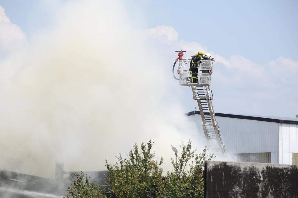 Auch mit Drehleiterfahrzeugen sind die Kameraden der Feuerwehren in Quersa im Einsatz.