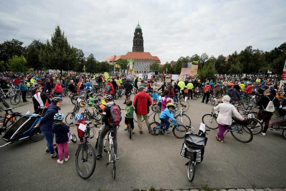 Hunderte Radfahrer trafen am Sonntagnachmittag bei einer Demo in Dresden zusammen.