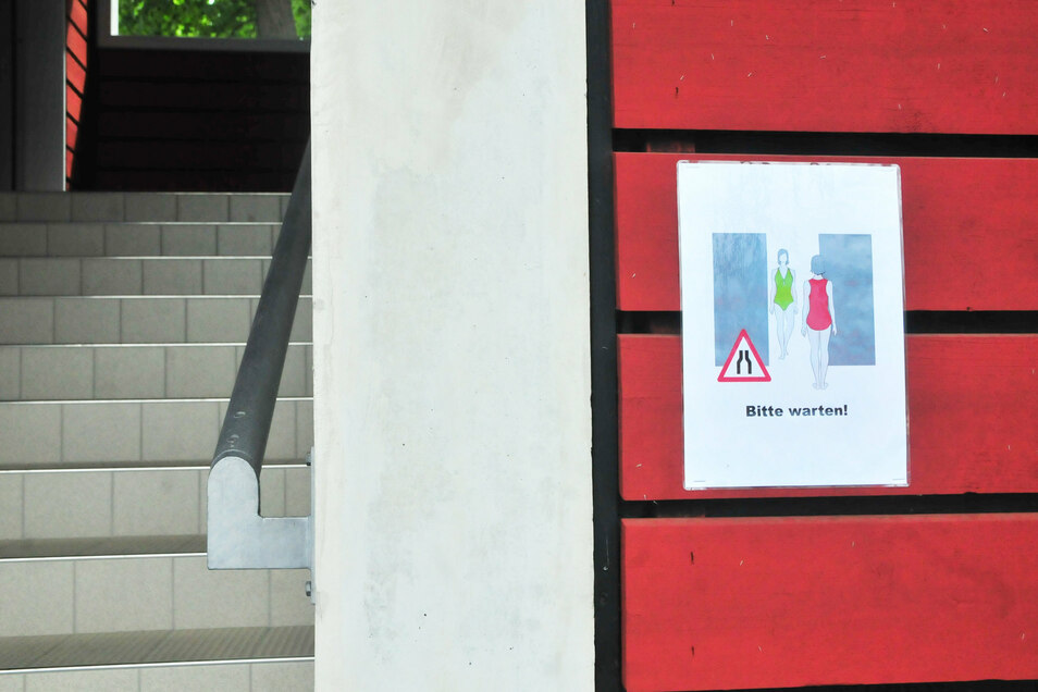 Mit Hinweisschildern wird ab Montag immer wieder auf die Vorschriften, vor allem zum Mindestabstand, informiert.