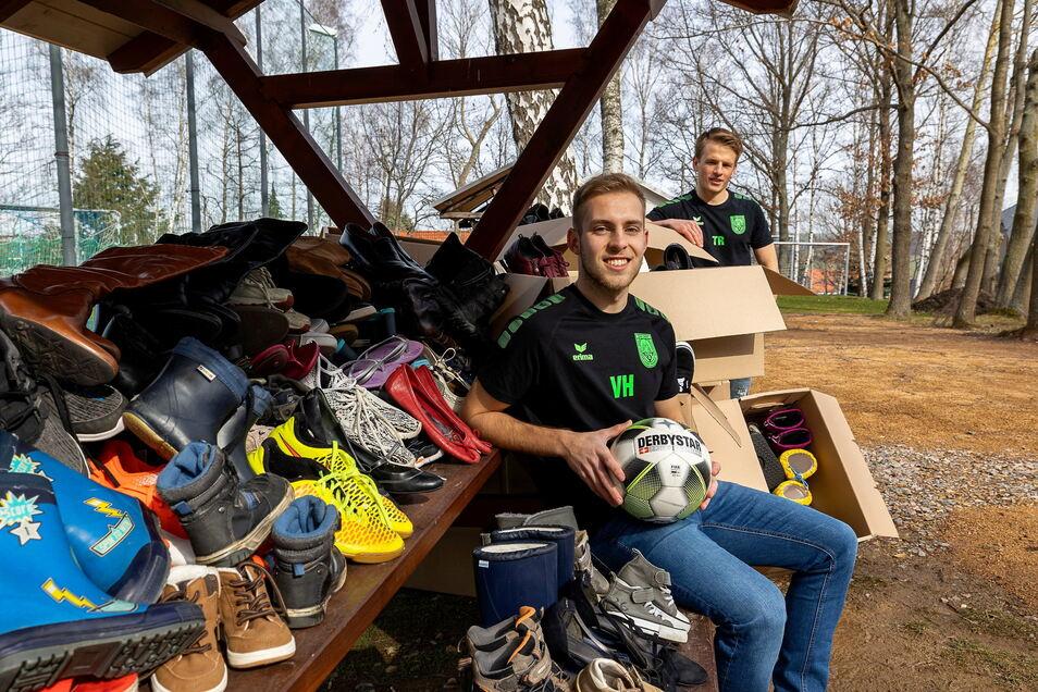 Valentin Herlt und Toni Richter vom TSV Seifersdorf sind hier beim Sortieren der Schuhe, die sie für die Vereinskasse sammeln.