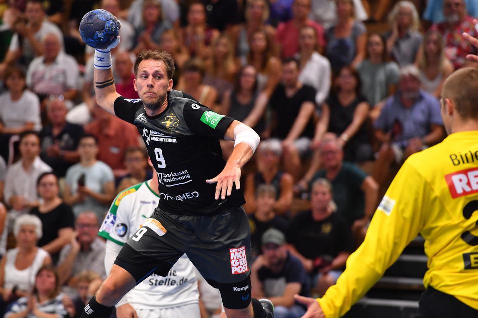 Julius Dierberg präsentiert sich überaus treffsicher – elf Mal zappelt der Ball nach seinen Würfen im Netz des SC DHfK Leipzig.