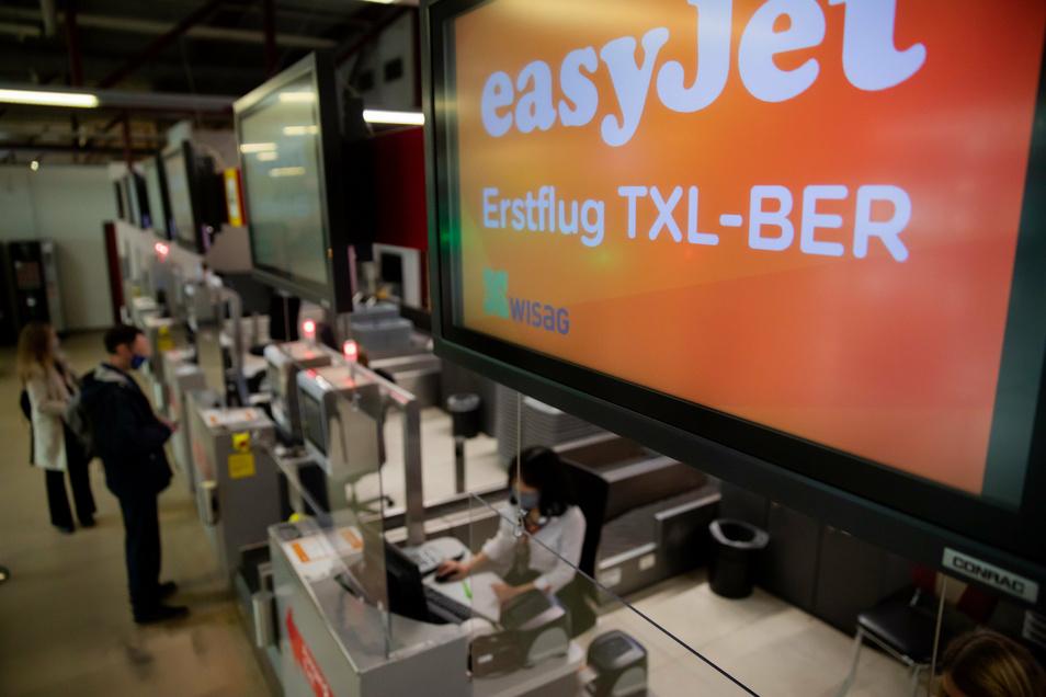 Erstflug TXL-BER· steht vor einem Eröffnungsflug der Fluggesellschaft Easyjet zum neuen Hauptstadtflughafen am Flughafen Berlin-Tegel auf dem Bildschirm eines Check-in-Schalters.