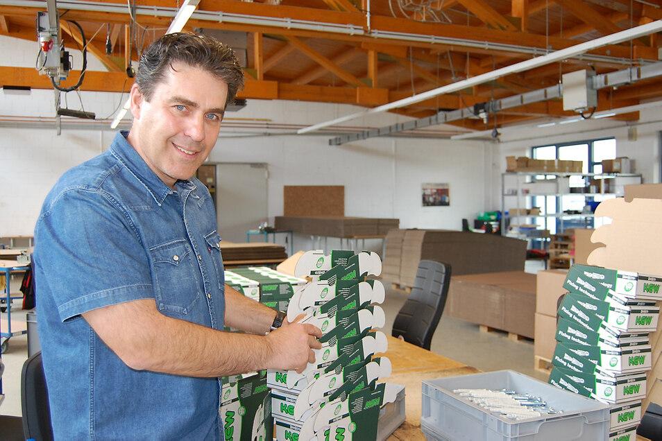 Robert Rys ist hier in einer Montagehalle am Werkstätten-Standort in Seidewinkel zu sehen. Nach und nach sollen sich die über Wochen verwaisten Arbeitsplätze ab dieser Woche mit Kolleginnen und Kollegen füllen.