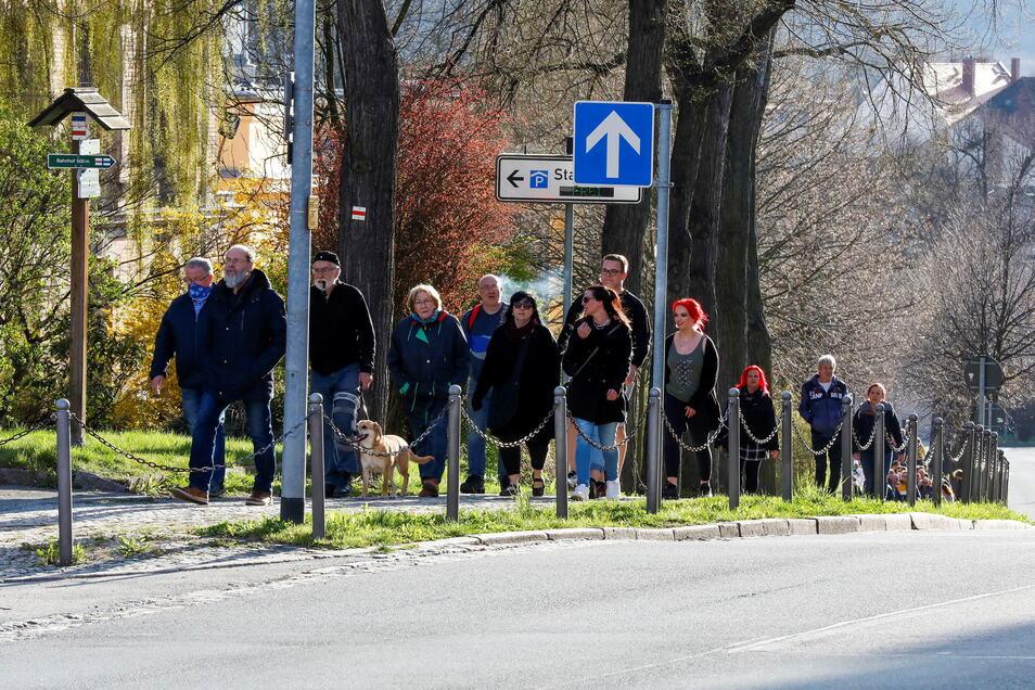 Jeden Montag spazieren Hunderte Menschen den Stadtring in Zittau entlang - aus Protest gegen die Corona-Maßnahmen.