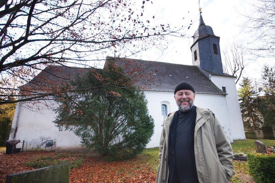 Anno 2015: Pfarrer Heiner Sandig vor der Streumener Kirche, die damals auch noch äußerlich sanierungsbedürftig war. Seither sind unter anderem das Dach neu gedeckt und die Fassade saniert worden.