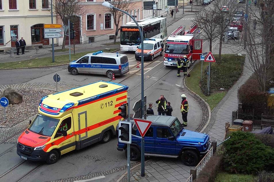 Für erhebliche Störungen bei den Straßenbahnen der Linie 1 und 2 sorgte der Fahrer dieses blauen Jeep am Freitagnachmittag im Kreisverkehr an der Hugo-Keller-Straße..