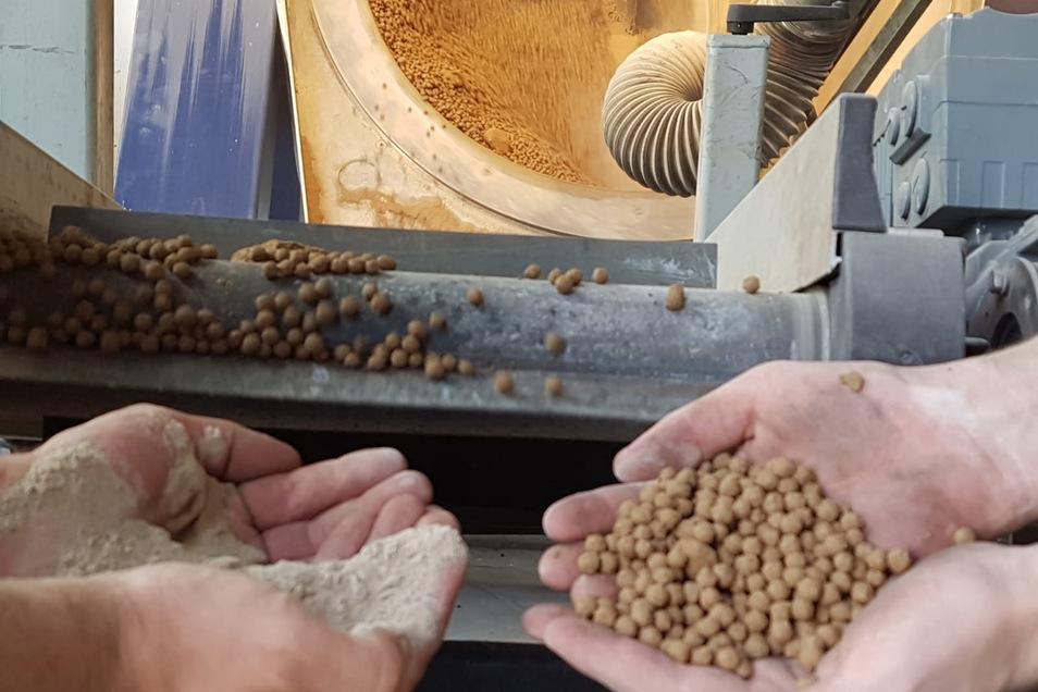 Das Münchner Unternehmen MultiCon hat eine Technik entwickelt, um auch sehr feine Sande für Beton nutzbar zu machen. Dabei wird Sand zu Mehl zermahlen und bei schnellem Drehen auf Pelletiertellern zu größeren Granulaten verdichtet.