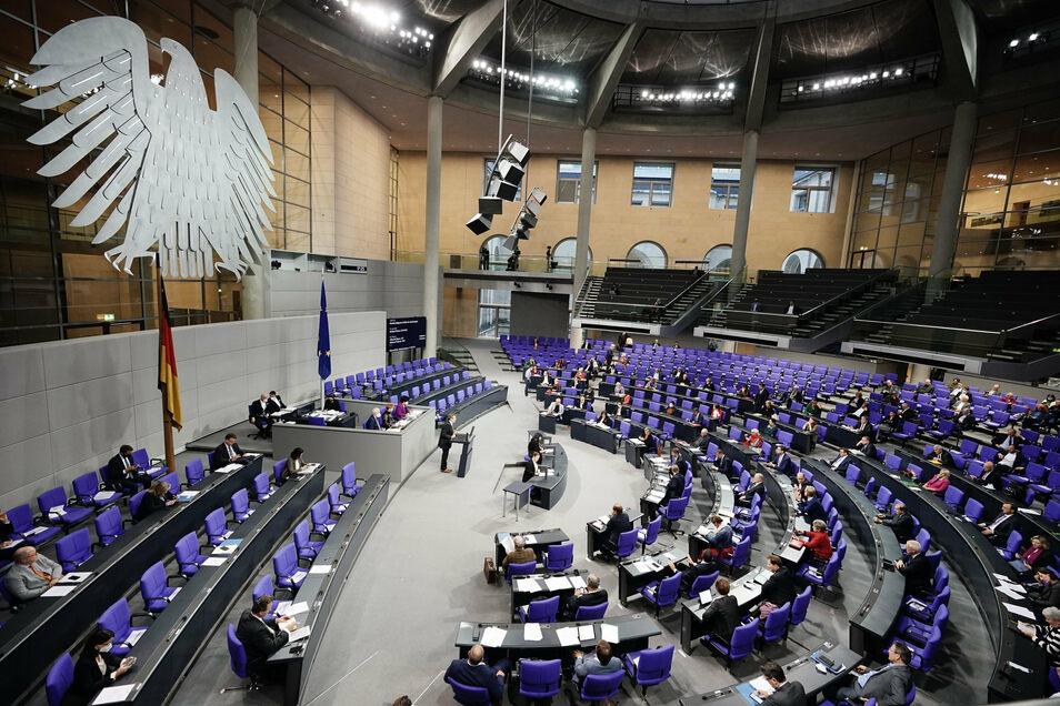 Die Abgeordneten debattieren im Plenum im Bundestag vor der Abstimmung zur Wahlgesetzreform.