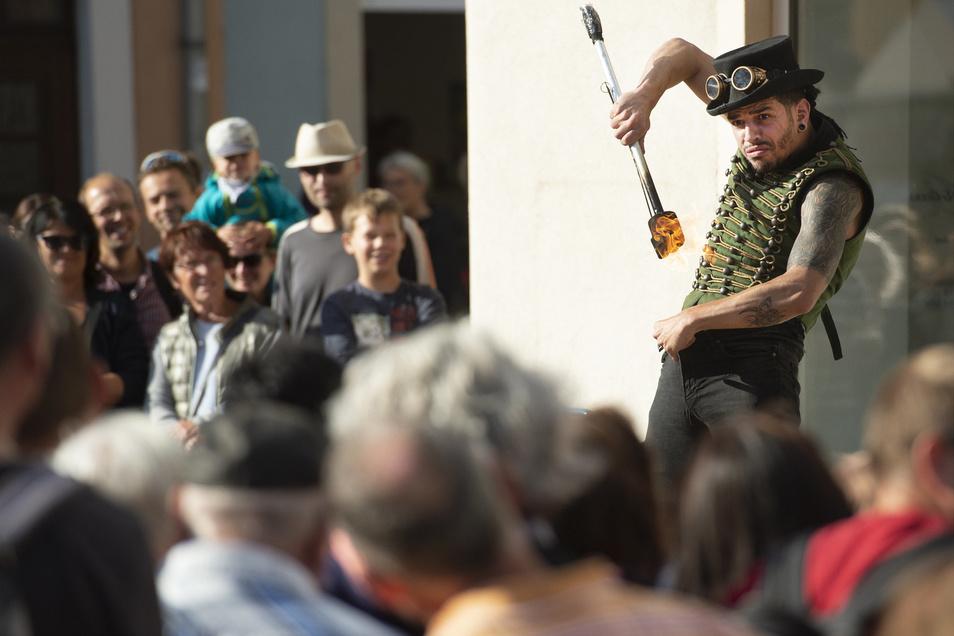 Moises Ugidos Cedeno aus Spanien zeigt mit seiner Muy Moi Show auf dem Dorfanger ein Straßentheaterstück das unterschiedliche Konzepte von Fakir- und Feuershow mit Flexible Dance zu einer Veranstaltung voller Spaß, Action und Humor für die ganze Familie vereint. Seine geballte Energie, sein Witz und die furchtlose Akrobatik begeistern das Publikum.