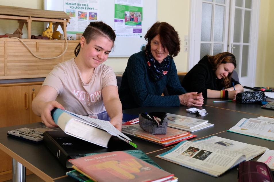 Kita-Erzieherin Birgit Rößler hilft jetzt in der Wach'schen Villa bei den Hausaufgaben.