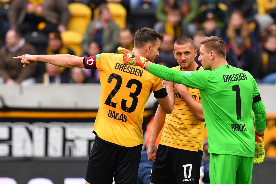 Dynamo-Kapitän Florian Ballas zeigt Rene Klingenburg und Torwart Kevin Broll, wo es Richtung Klassenerhalt geht.