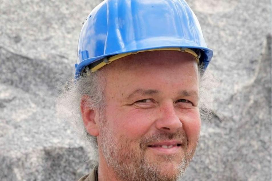 Geologe Jörg Büchner (46) vom Senckenberg Museum in Görlitz, hier bei einer Steinbruch-Exkursion.