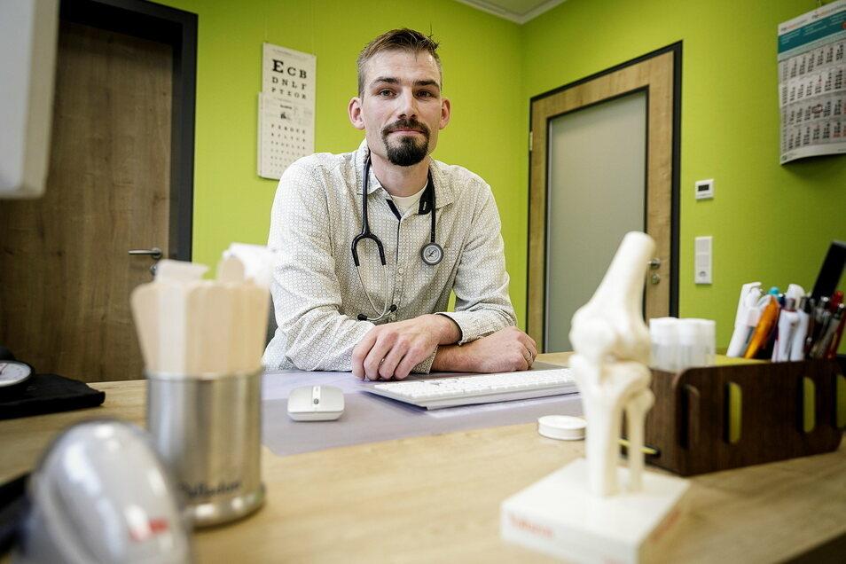 Der Görlitzer Allgemeinarzt Dr. Leonhard Großmann impft jede Woche mehr als 100 Patienten gegen Sars-Cov-2..