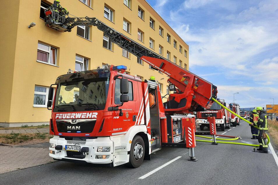 Mittels Drehleiter verschaffte sich die Feuerwehr Zugang, um den Zimmerbrand im Asylheim in Kamenz zu löschen.