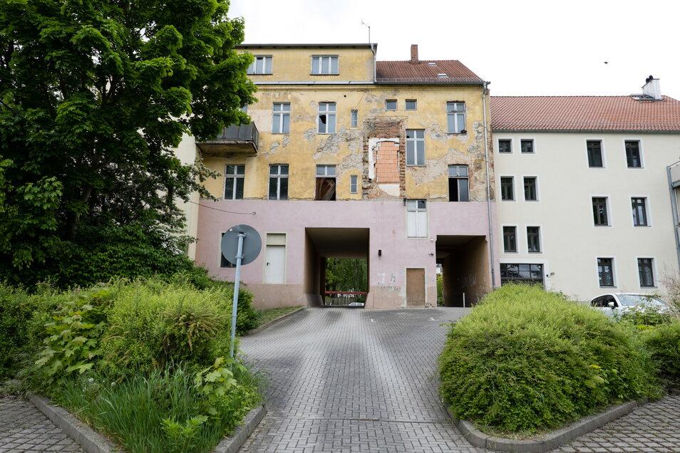 Von hinten sieht man das Dilemma des Hauses deutlich: Es gibt zwei große Durchfahrten, aber keinen schönen Garten.
