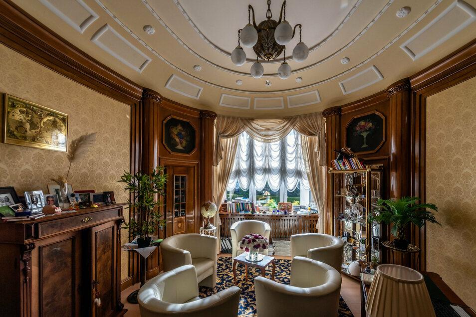Im Büro von Adolf Kiertscher blieb nahezu alles, wie es war. Tapeten, Einrichtung - Kristin Hille findet das alles zwar konservativ. Verliebt hat sie sich in die Innengestaltung des Hauses aber dennoch.