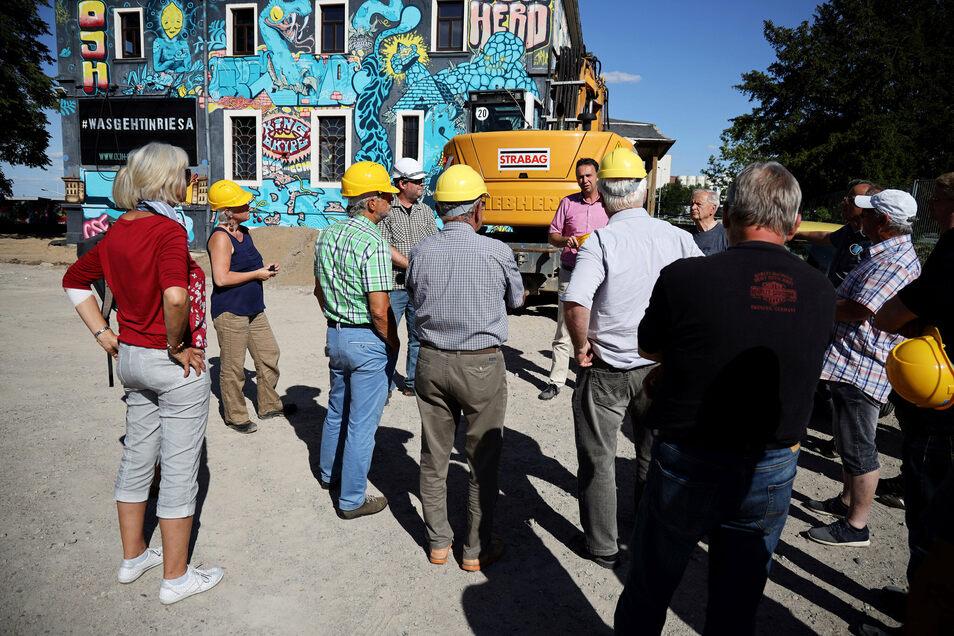 Bereit zur Besichtigung: Kurzfristig durften sich Stadträte am Montag auf der Baustelle des OJH Riesa umschauen.